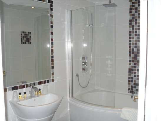 Clarence Court Hotel: Nice modern bathroom