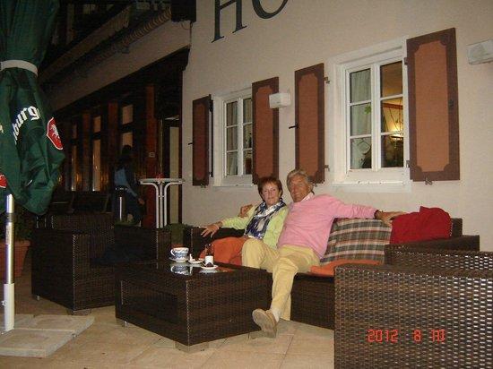 Apres Post Hotel: Gezellig aperitieven op zomerterras Hotel Post