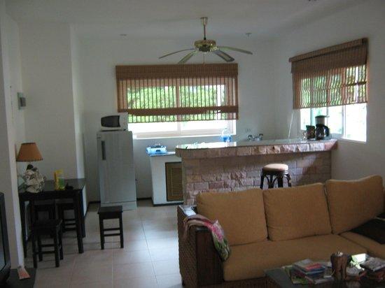Seahorse Residence : Гостиная кухонная зона