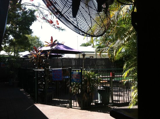 Calypso Inn Backpackers Resort : Pool & Smoking Area