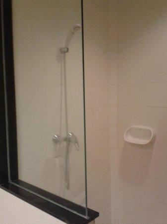 Thai House Beach Resort: Shower