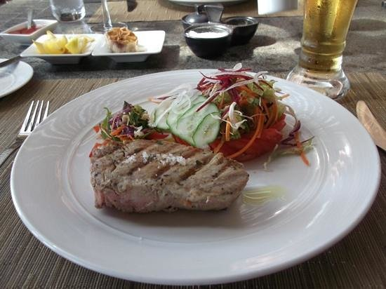 LUX* Le Morne: Great fresh tuna at The Beach restaurant