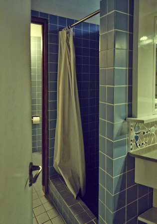 Fort Young Hotel : shower cabin