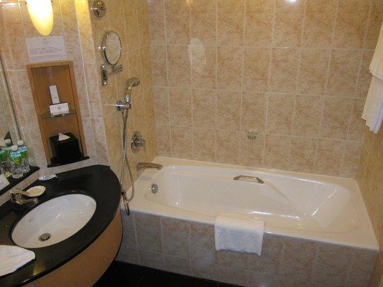 Hainan Junhua Haiyi Hotel: 1520 bathtub