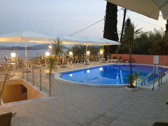Hotel Oasis: piscina e zona relax