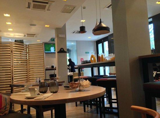 Innside Madrid Luchana: Espace petit déjeuner