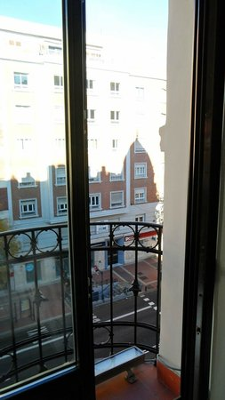 Hotel One Shot Luchana 22: La fenêtre sans isolation phonique ...