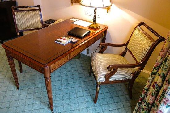 InterContinental Dublin: Elegant writing desk in our Junior Suite