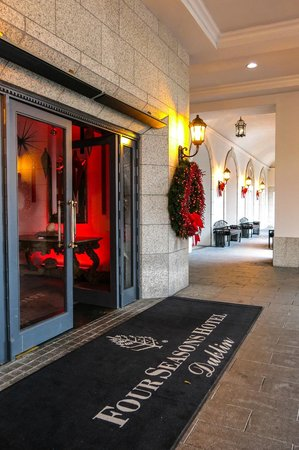 InterContinental Dublin: The beautiful entrance to the hotel in the spirit of the Season