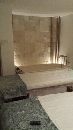 Ambiente Spa & Wellness: Massage tables and bath