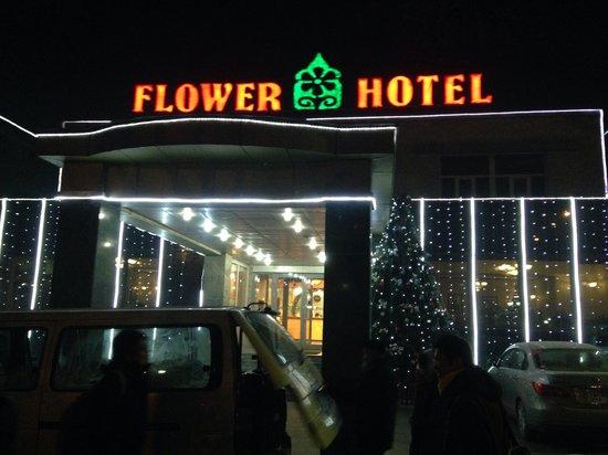 Flower Hotel: 夜の外観