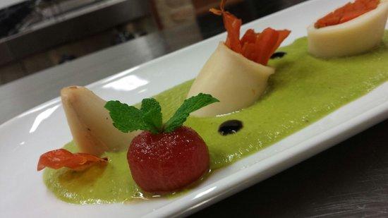 Todi, Włochy: Calamaro ripieno di carote al brandy su crema di piselli