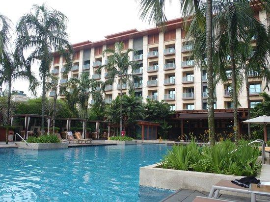 Resorts World Sentosa - Festive Hotel: Бассейн