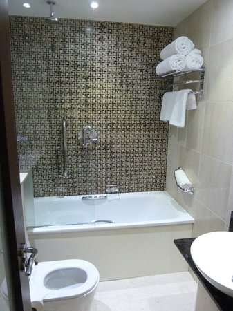 DoubleTree by Hilton Hotel London - Marble Arch: Small Bathroom