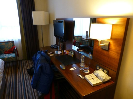 Leopold Hotel Antwerp: Dressing tablke / desk with flat screen television