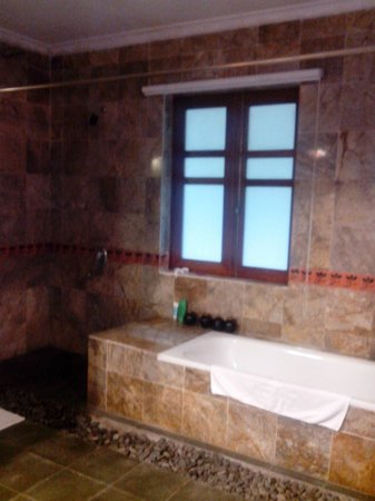 Pilgrimage Village: Bathroom