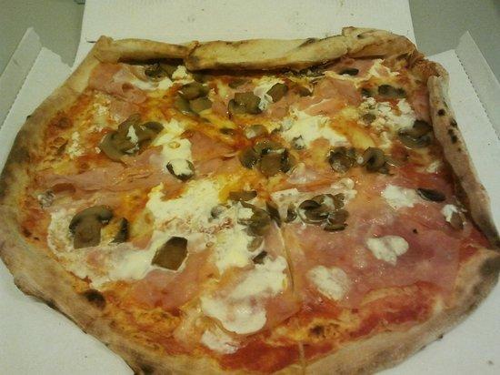 Trattoria Olimpia: pizza fungbhi panna e prosciutto