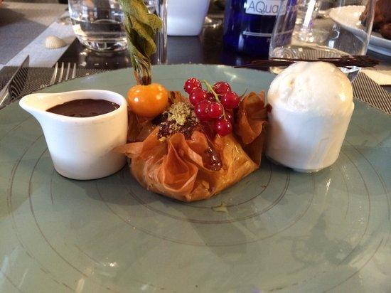 Auberge de la Marine: Croustillant d'amande et gingembre, chocolat chaud (Valrhona) aux épices.