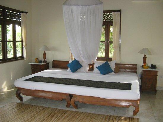Alam Jiwa: Riesiges Bett mit Moskitonetz