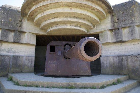 Batterie de Longues : Une casemate avec sa pièce d'artillerie toujours en place