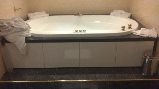 Canal Court Hotel & Spa: Penthouse suite jacuzzi bath