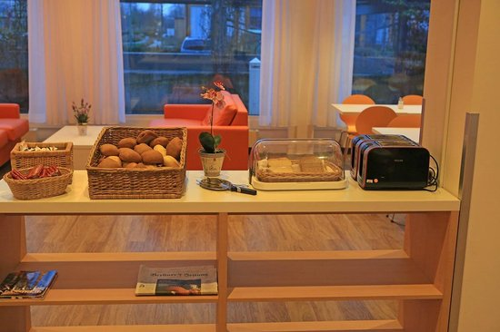 ibis Budget Berlin Ost: Breakfast buffet line
