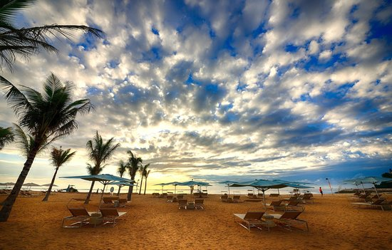 The Mulia: beach in the am