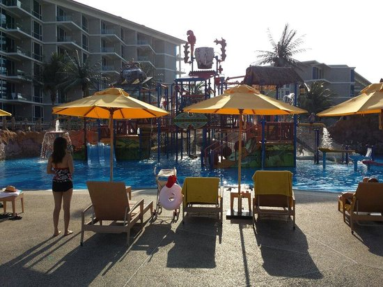 Splash Jungle Waterpark: Little ones water playground has 4 mini slides, a big dumping bucket and heaps of spray toys