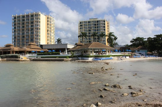 Sunscape Splash Montego Bay : Walk out during low tide for some pics