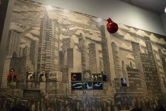 John's of Times Square : Uno de los muros del restaurant.