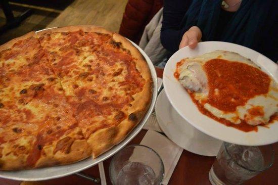 John's of Times Square : Nuestra orden: pizza de muzzarela y milanesa!