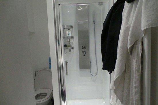 La Cour 26: La douche chambre White