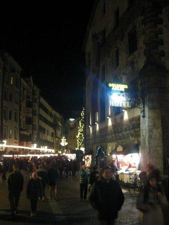 Best Western Plus Hotel Goldener Adler: Christma Market in street outside the Goldener Adler