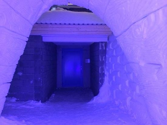 Snowhotel Kirkenes: the entrance to the bathrooms, sauna, shower room and restaurant are just a few feet from the sn