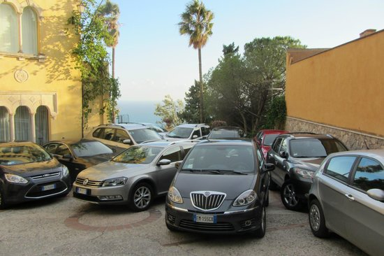 Hotel Villa Belvedere: Cool car park. Ours is the one at the back....