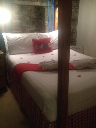 Grove House and Courtyard Cottages : Comfy 4 poster bed