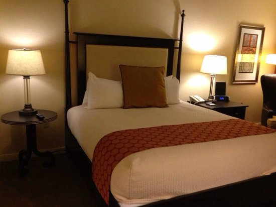 Hilton Inn at Penn: Bed (Room 515)