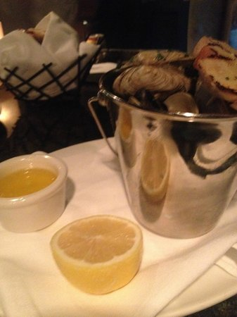 22 Bowen's Wine Bar & Grille: Bucket of clams