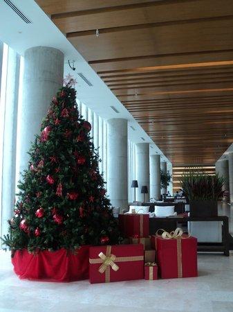 Atton San Isidro: el enorme lobby decorado con árbol de navidad