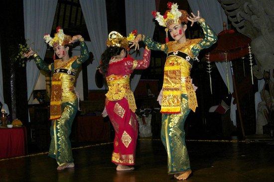 Hotel Tugu Bali : Balinese dancing at main lobby