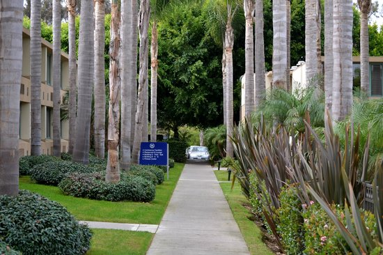Sheraton La Jolla Hotel: Walking from the reception to our room