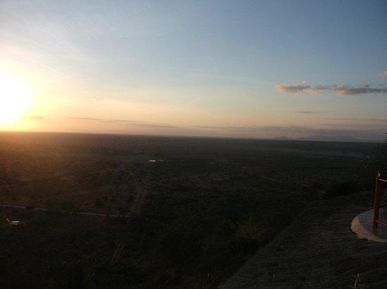 Zomeni Lion Hill Lodge: Zimmeraussicht bei Abend
