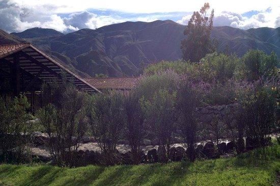 Inkallpa Valle Sagrado: Vista de los jardines y las montañas verdes al fondo