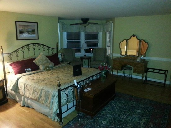 Bernerhof Inn Bed and Breakfast: Josiah Barlett room