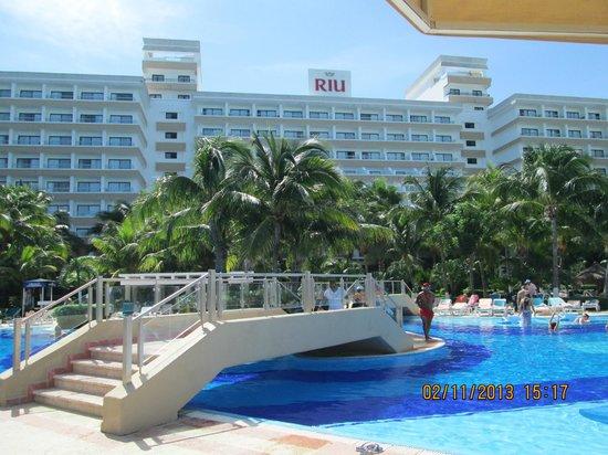 Hotel Riu Caribe: VISTA DESDE EL BAR DE LA PSICINA