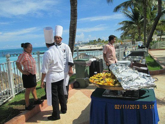 Hotel Riu Caribe: PAELLA EN LA PISCINA