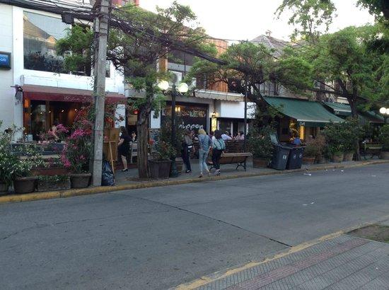 Le Rêve Boutique Hotel: Locales frente al hotel