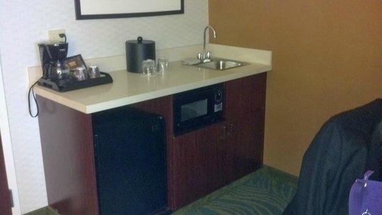 SpringHill Suites Mystic Waterford: Refridge, microwave, etc