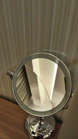 Hotel Arcadia Blue: Broken mirror