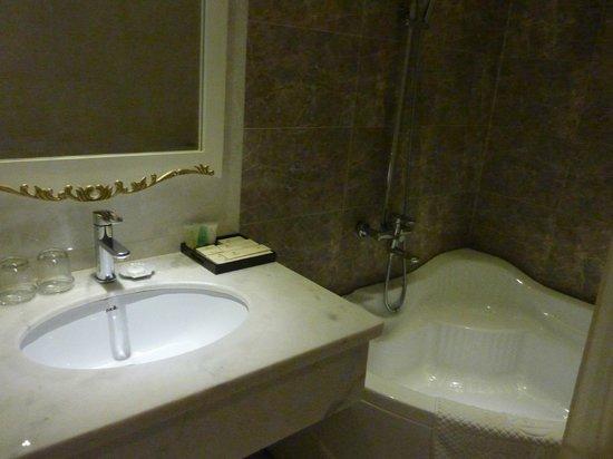 Alagon Saigon Hotel & Spa : Grande baignoire